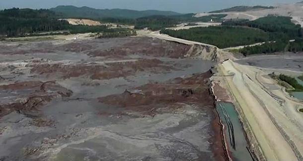 La altura media de una presa de relaves ha crecido de 120 metros en la década de 1960 a 240 metros en la actualidad. Imagen de Mount Polley escombreras derrame de la presa por el Distrito Regional de Cariboo.