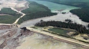 Otra vista aérea del Monte Polley escombreras derrame de la presa. Fuente: Distrito Regional de Cariboo.