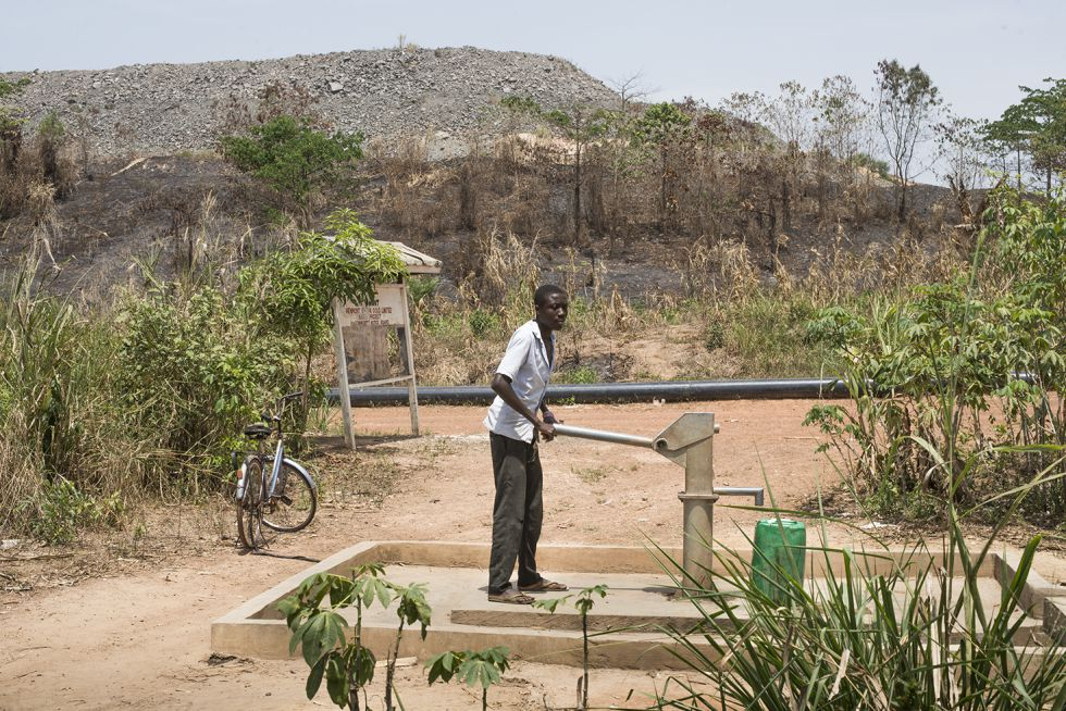 Sacando auga da bomba na comunidade de Anane Krom